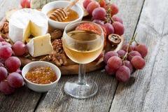 Стекло холодных белого вина и закусок на деревянной предпосылке Стоковое Изображение RF