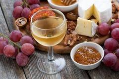 Стекло холодных белого вина и закусок на деревянной предпосылке Стоковая Фотография RF