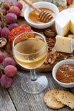 стекло холодных белого вина и закусок на деревянном столе, вертикальное Стоковые Фотографии RF