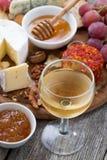 Стекло холодных белого вина и закусок на деревянном столе, взгляд сверху Стоковые Фото