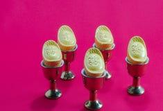 Стекло чая кувшина золота золотого ингота на красной предпосылке Стоковая Фотография RF