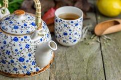Стекло чая с баком и лимоном чая на естественном деревянном столе Стоковое Изображение