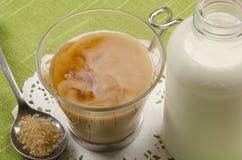 Стекло чая с молоком и желтым сахарным песком Стоковое Изображение