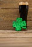 Стекло черных пива и shamrock на день St Patricks Стоковые Изображения RF