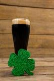 Стекло черных пива и shamrock на день St Patricks Стоковая Фотография