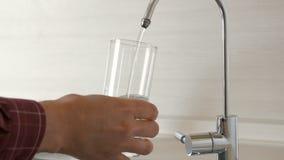 Стекло человека заполняя воды сток-видео