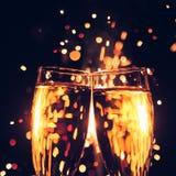 Стекло Шампани против предпосылки бенгальского огня Стоковая Фотография
