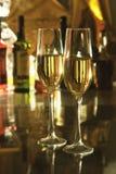 Стекло шампанского или белого вина на таблице зеркала бутылки в баре на предпосылке Состав знаменитостей селективно Стоковая Фотография RF