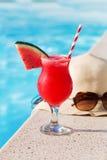 Стекло шляпы солнечных очков питья smoothie арбуза Стоковая Фотография RF