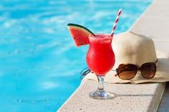 Стекло шляпы солнечных очков питья smoothie арбуза Стоковые Фото