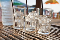Стекло льда на таблице на лете захода солнца стоковые изображения