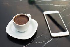 стекло espresso кофе cezve холодное как, котор служят малая турецкая вода Стоковые Изображения