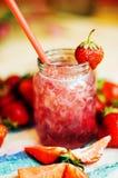 Стекло smoothie клубники на деревянной предпосылке Strawberr Стоковые Фото