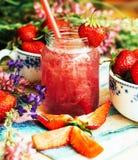 Стекло smoothie клубники на деревянной предпосылке Strawberr Стоковая Фотография