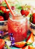 Стекло smoothie клубники на деревянной предпосылке Strawberr Стоковая Фотография RF
