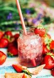 Стекло smoothie клубники на деревянной предпосылке Strawberr Стоковое Фото