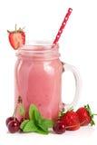 Стекло smoothie ягоды при клубники и вишни изолированные на белой предпосылке Стоковое Изображение