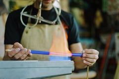 Стекл-дуя мастерская горелка Продукция неоновых трубок стоковые фотографии rf