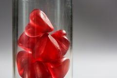 Стеклянная лампа заполненная с малыми красными сердцами Стоковое фото RF