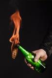 Стеклянная бутылка, так называемый коктейль Молотоваа в руке  Стоковая Фотография RF