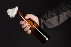 Стеклянная бутылка, так называемый коктейль Молотоваа в руке  Стоковые Изображения RF