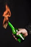 Стеклянная бутылка, так называемый коктейль Молотоваа в руке  Стоковое Фото