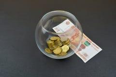 Стеклянная ваза с русскими монетками Русский рубль под вазой Стоковая Фотография RF