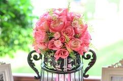 Стеклянная ваза с цветками, красивый орнамент в свадьбе Стоковая Фотография