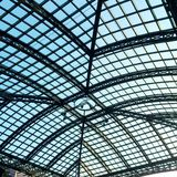 Стеклянная верхняя часть крыши под голубым небом Стоковые Изображения