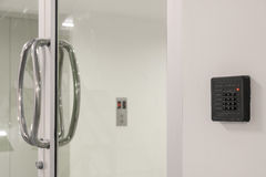 Стеклянная дверь с кнопочной панелью Стоковое Фото