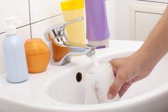 стеклянная вода удерживания руки Стоковое Изображение RF