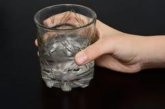 стеклянная вода удерживания руки Стоковые Фото
