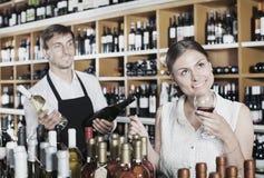 стеклянная женщина вина удерживания Стоковая Фотография