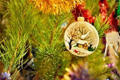 Стеклянная игрушка рождества на ели Стоковые Изображения