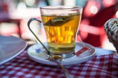 Стеклянная кружка с свежим и очень вкусным послеполуденным чаем на таблице Стоковое Фото