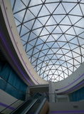 Стеклянная крыша современного здания архитектурноакустическо по мере того как предпосылка используемая тростильная машина Стоковые Изображения