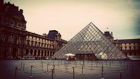Стеклянная пирамида двора Лувра, Парижа, Франции стоковое изображение rf