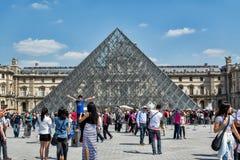 Стеклянная пирамида жалюзи в Париже на предпосылке голубого неба Стоковое Изображение