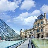 Стеклянная пирамида на Лувре, Париж Стоковые Фото
