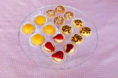 Стеклянная пластинка с конфетами Стоковое Фото