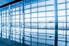 Стеклянная стена в офисном здании Стоковое фото RF