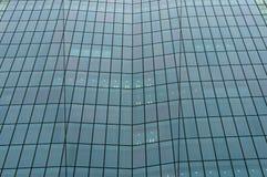 Стеклянная стена современного здания небоскреба предпосылка урбанская Стоковое фото RF