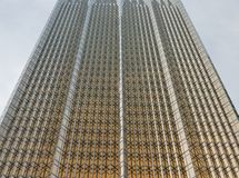 Стеклянная стена современного офисного здания с золотым блеском Стоковые Фото