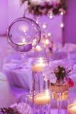 Стеклянная сфера с свечой внутрь венчание тесемки приглашения цветка элегантности детали украшения предпосылки Стоковая Фотография