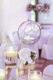 Стеклянная сфера с свечой внутрь венчание тесемки приглашения цветка элегантности детали украшения предпосылки Стоковое Изображение