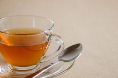 Стеклянная чашка горячего чая для перерыва на чай Стоковые Фотографии RF