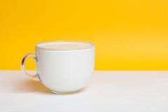 Стеклянная чашка полная молока на белом деревянном столе Стоковые Изображения RF