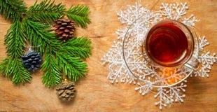 Стеклянная чашка чаю на старой деревенской таблице с ветвью сосны Новый Yea стоковое изображение rf