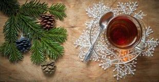Стеклянная чашка чаю на старой деревенской таблице с ветвью сосны Новый Yea стоковые фотографии rf