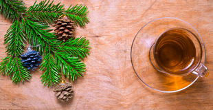 Стеклянная чашка чаю на старой деревенской таблице с ветвью сосны Новый Yea стоковая фотография rf